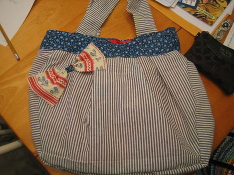 .  Sew a bow bag in under 180 minutes by sewing Inspired by anthropologie. Version posted by kathleenserene. Difficulty: 3/5. Cost: Cheap.