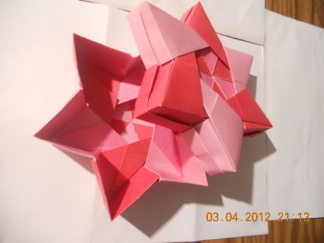Beautiful paper folding  .  Make a papercraft in under 60 minutes by decorating and paper folding with paper. Inspired by stars. Creation posted by mosskeeto. Difficulty: 4/5. Cost: Absolutley free.