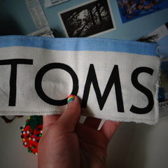 Toms Flag Into Wallet