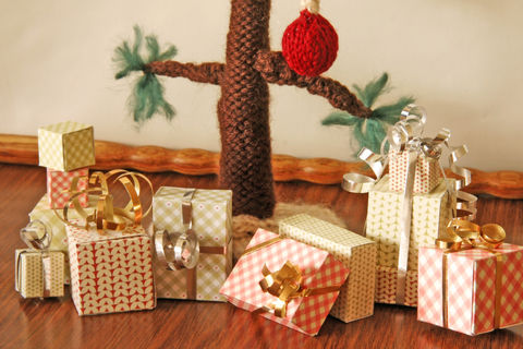 The best gifts come in small packages. .  Free tutorial with pictures on how to make a gift box in under 60 minutes by papercrafting and paper folding with cardstock and printer. Inspired by christmas. How To posted by Jill. Difficulty: Simple. Cost: Absolutley free. Steps: 1