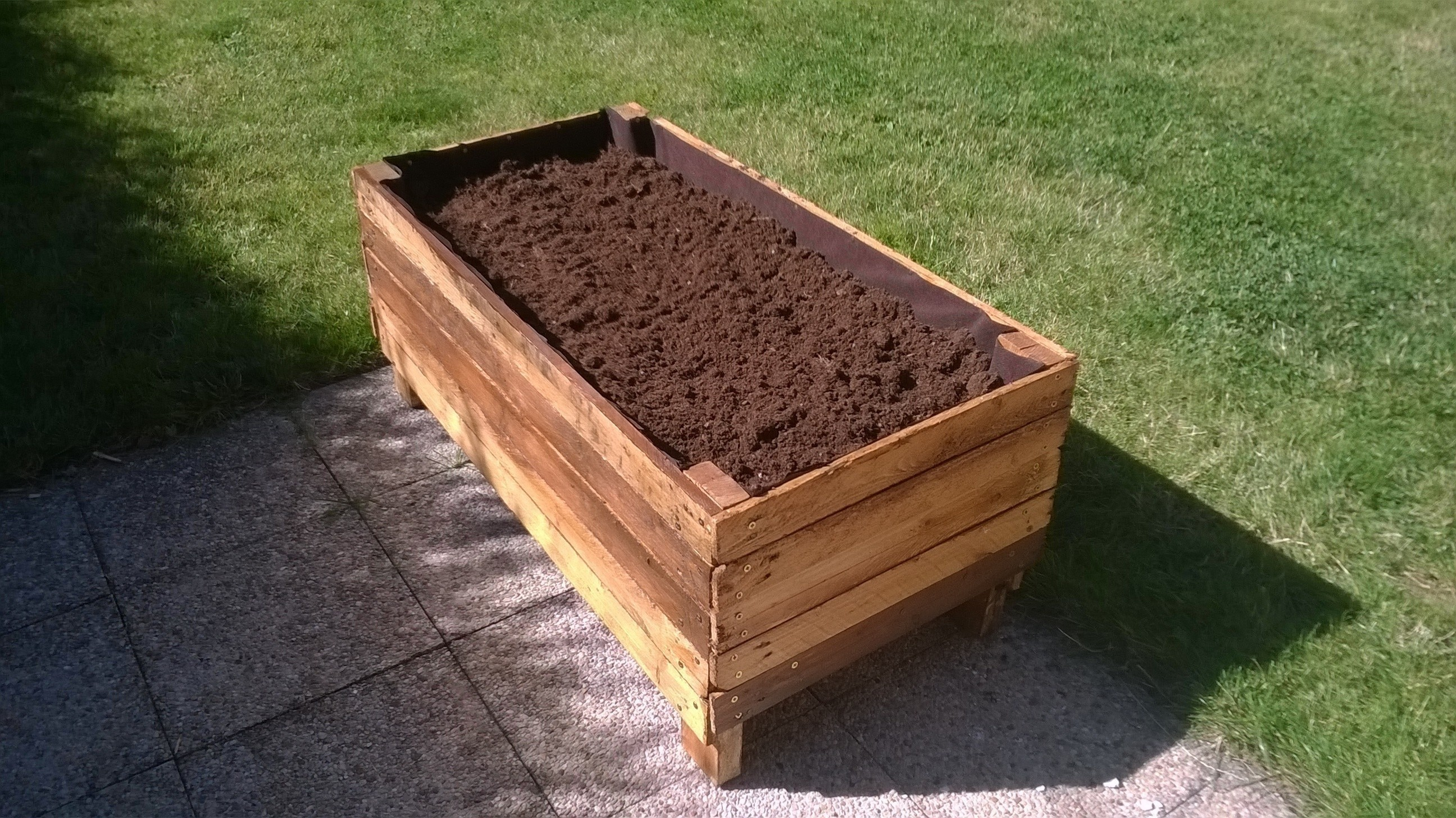 Pallet planter how to make a pallet planter home diy for Making planters from pallets