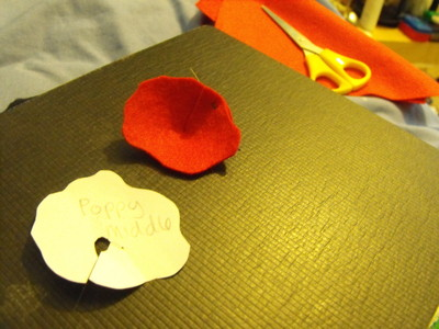 How to sew a fabric flower brooches. Felt Poppy - Step 3