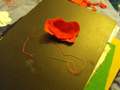 How to sew a fabric flower brooches. Felt Poppy - Step 5
