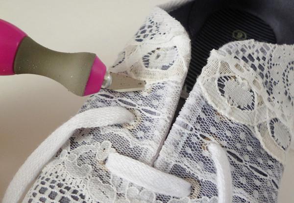 Приклеить кружево на обувь