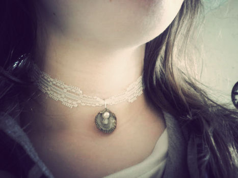 .  Make a shell necklace in under 15 minutes by jewelrymaking and wireworking Inspired by lolita, costumes & cosplay, and vintage & retro. Version posted by Nicole. Difficulty: Easy. Cost: Absolutley free.