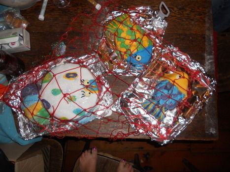 Cakes in the shape of fishes, with strawberry lace net .  Decorate an animal cake by baking, decorating food, and cake decorating with butter, cake, and cake. Inspired by creatures and fish. Creation posted by calamity crochet. Difficulty: Easy. Cost: Cheap.