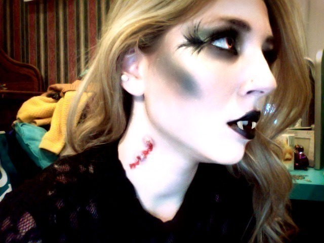 Halloween Makeup: Vampire Sexy in Just 10 Steps (Video Tutorial)
