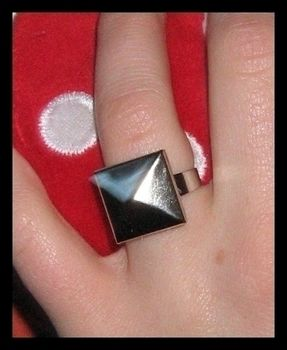 So easy! .  Free tutorial with pictures on how to make a ring in under 10 minutes by studding with felt, hot glue gun, and studs. Inspired by gothic and clothes & accessories. How To posted by Anna H. Difficulty: Easy. Cost: Absolutley free. Steps: 2