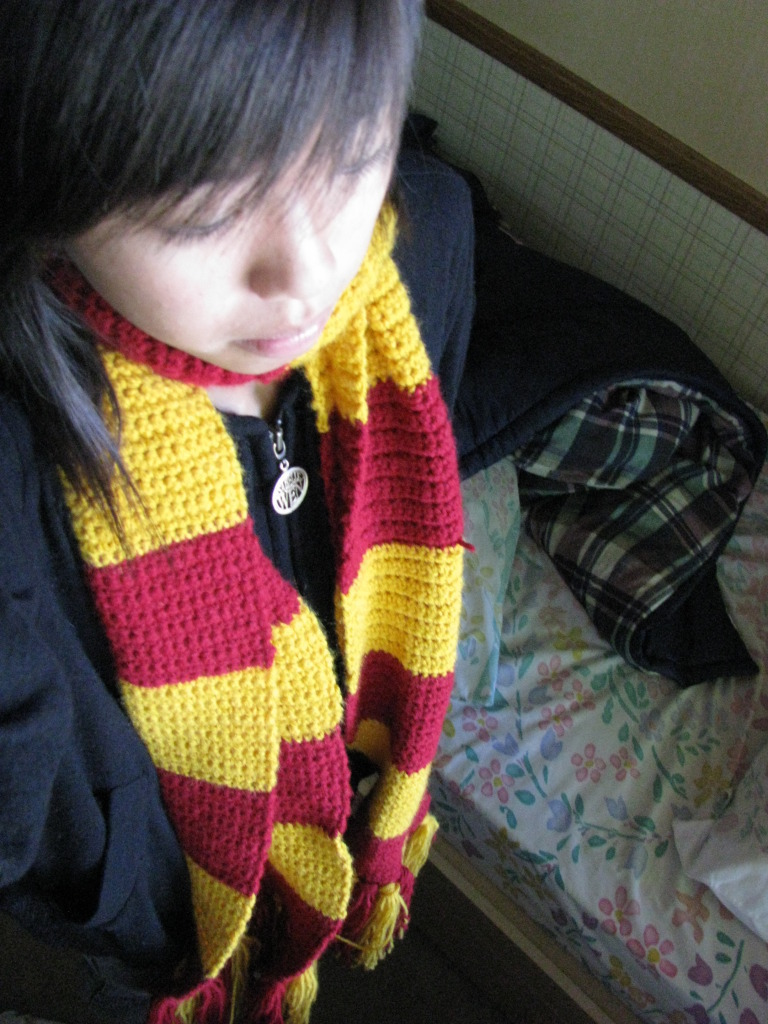 Knitting Pattern Gryffindor Scarf : Gryffindor Scarf ? How To Knit Or Crochet A Stripy Scarf ? Crochet on Cut Out...