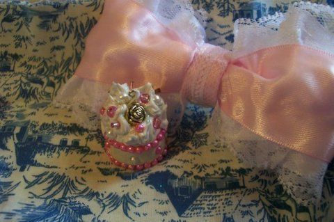 Small and sweet <3 .  Sculpt a clay cake by creating, jewelrymaking, and molding with beads, fimo, and silicone. Inspired by vintage & retro, kawaii, and cupcakes. Creation posted by ModernXDayXVaudevillian. Difficulty: Simple. Cost: Cheap.