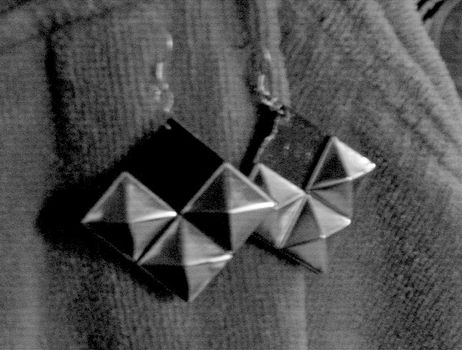 .  Make a set of paper earrings in under 10 minutes by jewelrymaking and decoupaging Inspired by vintage & retro. Version posted by Anna H. Difficulty: Easy. Cost: Cheap.