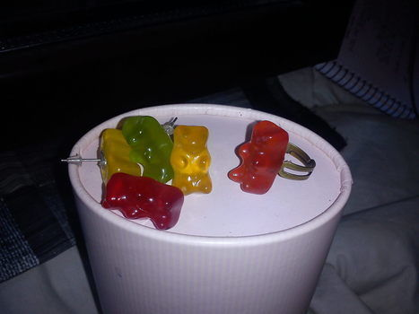 Yummy.. .  Free tutorial with pictures on how to make a pair of candy earrings in under 20 minutes by jewelrymaking with white glue, ring base, and gummy bears. How To posted by Ane Z. Difficulty: Easy. Cost: Absolutley free. Steps: 5
