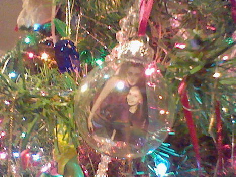 A twilight filled Christmas ;) .  Free tutorial with pictures on how to make a bauble in 14 steps by creating, decorating, glassworking, and papercrafting with scissors, ribbon, and bobby pin. Inspired by for girls, for mums, and christmas. How To posted by Bella . Difficulty: 5/5. Cost: 3/5.