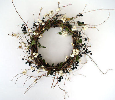 13th day of Christmas Crafts: berries & wreaths .  Free tutorial with pictures on how to make a floral wreath in under 10 minutes by decorating with branches and berries. Inspired by christmas. How To posted by Brittany J. Difficulty: Easy. Cost: Cheap. Steps: 1