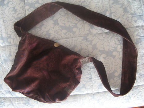 Sack bag handbag purse with ikea tissues (for men)  .  Free tutorial with pictures on how to make a shoulder bag in 9 steps by creating, drawing, spraypainting, photographing, creating, applying makeup, hairstyling, applying makeup, nail painting, making beauty products, cooking, baking, decorating food, needleworking, cross stitching, embroidering, needlepointing, paper folding, scrapbooking, sewing, patchworking, and decorating with sewing machine, buttons, and wire. Inspired by crafts, italian, and vintage & retro. How To posted by Ballanudi P.  in the Sewing section Difficulty: 3/5. Cost: Cheap.
