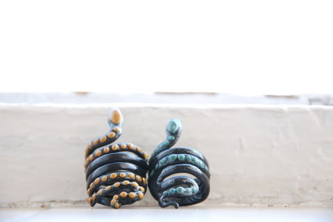 Anillos de FIMO  .  Make a clay ring by molding with polymer clay. Inspired by vintage & retro and snakes. Creation posted by vasilena s. Difficulty: Easy. Cost: Cheap.
