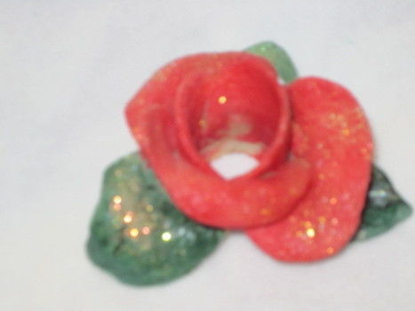.  Mold a clay flower in under 40 minutes by baking, decorating food, and molding Inspired by flowers and roses. Version posted by GLENDA M.  in the Decorating section Difficulty: 3/5. Cost: Cheap.