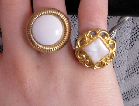 .  Make a button ring in under 30 minutes by jewelrymaking Inspired by vintage & retro and clothes & accessories. Version posted by Anna H. Difficulty: Simple. Cost: Cheap.