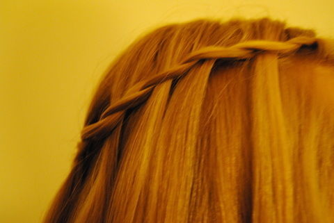 Very nice and easy .  Free tutorial with pictures on how to style a braid / plait in under 20 minutes by hairstyling with hair clips and hair comb. Inspired by vintage & retro. How To posted by Saskia F. Difficulty: Easy. Cost: No cost. Steps: 7