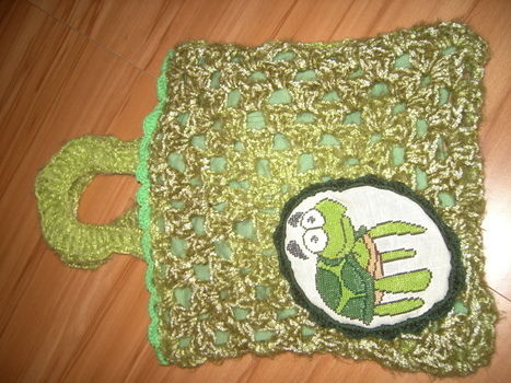 A sweet green tote in vintage style .  Make a piece of textile art by embroidering and crocheting with canvas, cotton fabric, and buttons. Inspired by vintage & retro, turtles, and clothes & accessories. Creation posted by Anni.  in the Needlework section Difficulty: 3/5. Cost: 3/5.