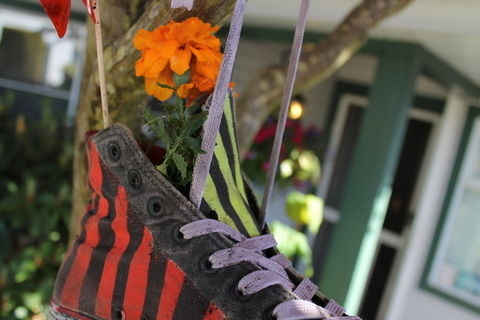 PLANT YO FLOWERS IN YO SHOES!  .  Free tutorial with pictures on how to make a shoe planter in under 2 minutes by gardening with shoes and flowers. Inspired by flowers. How To posted by LastKoalaBear. Difficulty: Simple. Cost: No cost. Steps: 6