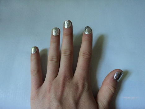 How to make shiny metallic nails with aluminium foil .  Free tutorial with pictures on how to create foil nail art in under 20 minutes by creating, nail painting, and decorating with scissors, clear nail polish, and aluminium foil. Inspired by clothes & accessories. How To posted by Andrea B. Difficulty: Simple. Cost: Absolutley free. Steps: 7
