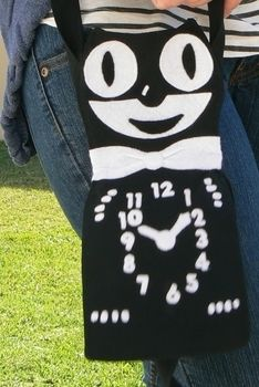 A cute little purse sewn to look like the Kit-Cat clock .  Free tutorial with pictures on how to make a novetly bag in 1 step by sewing with fabric, felt, and felt. How To posted by Lauren. Difficulty: 3/5. Cost: Absolutley free.