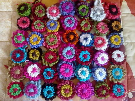 Flowers with wool .  Make an embellishments in under 10 minutes by making beauty products with wool. Creation posted by Mayitha.  in the Yarncraft section Difficulty: Simple. Cost: Cheap.