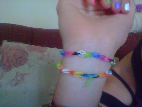 Oh my god! I luv making these! So easy and soooooo cute!! ;) .  Free tutorial with pictures on how to make an elastic band bracelet in under 10 minutes by jewelrymaking with scissors and elastic band. How To posted by Kyra.Sinc99. Difficulty: Easy. Cost: Absolutley free. Steps: 5
