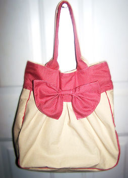 .  Sew a bow bag Inspired by clothes & accessories and anthropologie. Version posted by Yuri_Buri. Difficulty: 3/5. Cost: Absolutley free.