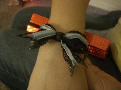 .  Make a bow bracelet in under 60 minutes by jewelrymaking Inspired by kawaii, clothes & accessories, and bows. Version posted by gypsie_jay. Difficulty: Easy. Cost: Cheap.