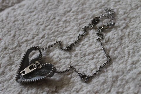 .  Make a zipper necklace in under 60 minutes by jewelrymaking and sewing Inspired by hearts. Version posted by Sunny. Difficulty: Easy. Cost: Cheap.