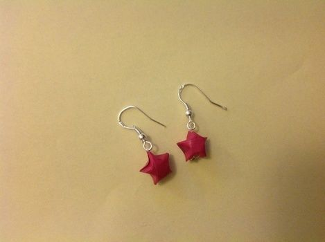 .  Make a set of paper earrings in under 10 minutes by jewelrymaking, paper folding, and paper folding Version posted by Natasha M. Difficulty: Easy. Cost: Cheap.