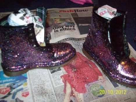Don't we all just love glitter .  Free tutorial with pictures on how to decorate a pair of glitter shoes in under 30 minutes by decorating with glitter, newspaper, and spray glue. Inspired by clothes & accessories. How To posted by xxkayxx. Difficulty: Simple. Cost: No cost. Steps: 5