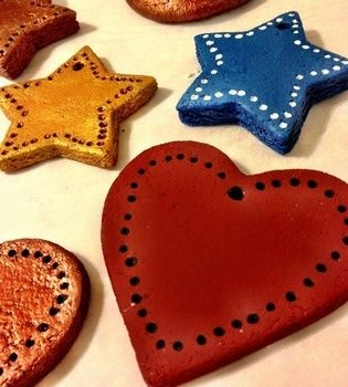 Super easy, creative gifts .  Make a Christmas decoration in under 120 minutes by creating, decorating, embellishing, and stamping with water, salt, and all purpose flour. Inspired by christmas. Creation posted by Ber.johnson. Difficulty: Simple. Cost: Absolutley free.