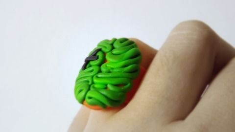 Anillo zombi .  Make a clay ring in under 20 minutes by applying makeup, making beauty products, jewelrymaking, and molding with polymer clay. Inspired by halloween, zombies, and monsters. Creation posted by Andri-u-.  in the Jewelry section Difficulty: Simple. Cost: Cheap.