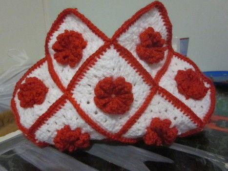 NOW THAT YOU HAVE YOUR 17 GRANNY SQUARES ITS TIME TO PUT YOUR BAG TOGETHER .  Free tutorial with pictures on how to make a knit or crochet tote in under 90 minutes by yarncrafting and crocheting with yarn and crochet hook. Inspired by christmas, vintage & retro, and flowers. How To posted by joanne.mccreath. Difficulty: Easy. Cost: Cheap. Steps: 26