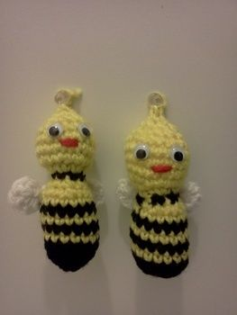 Christmas ornaments, ornaments, crcohet, bees .  Make a bauble in under 30 minutes by crocheting with yarn. Inspired by christmas and kawaii. Creation posted by Mochi Mochi. Difficulty: Easy. Cost: No cost.