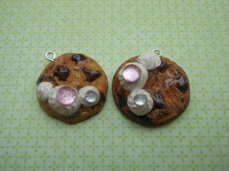 More cookie charms .  Free tutorial with pictures on how to sculpt a clay cookie in under 20 minutes using polymer clay, eye pins, and rhinestones. Inspired by cookies, chocolate, and chocolate chip. How To posted by Ammelanoleuca. Difficulty: Simple. Cost: Cheap. Steps: 1