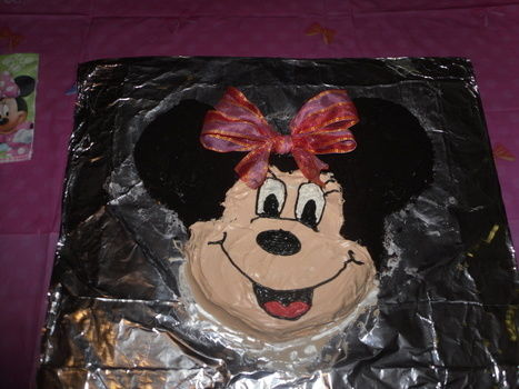 Minnie mouse cake .  Decorate an animal cake in under 120 minutes by cooking, baking, decorating food, and cake decorating with cake mix, icing, and oreos. Inspired by birthdays, mickey & minnie mouse, and mice. Creation posted by Rockstar. Difficulty: Easy. Cost: Absolutley free.