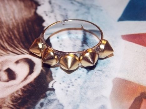 Easy rock glam! .  Free tutorial with pictures on how to make a ring in under 10 minutes by jewelrymaking with hot glue gun, ring, and cone studs. How To posted by Anna H. Difficulty: Easy. Cost: Cheap. Steps: 3