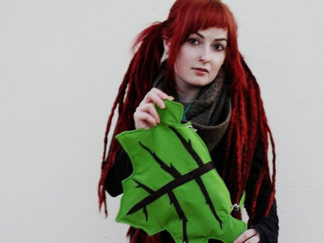 Leaf pixie bag .  Make a novetly bag by sewing with fabric and zipper. Inspired by costumes & cosplay, kawaii, and flowers. Creation posted by ArteinterrogantE. Difficulty: 3/5. Cost: 3/5.