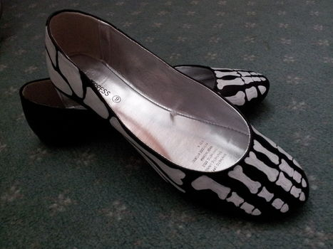 .  Paint a pair of painted shoes by creating, drawing, nail painting, and decorating Inspired by gifts, halloween, and gothic. Version posted by Jackkie. Difficulty: Simple. Cost: Cheap.