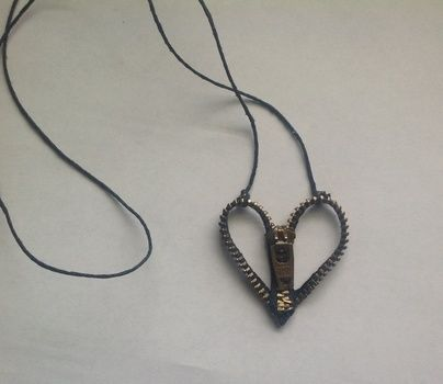 .  Make a zipper necklace in under 60 minutes by jewelrymaking and not sewing Inspired by gothic, hearts, and clothes & accessories. Version posted by DarkAshHurts. Difficulty: Easy. Cost: Cheap.