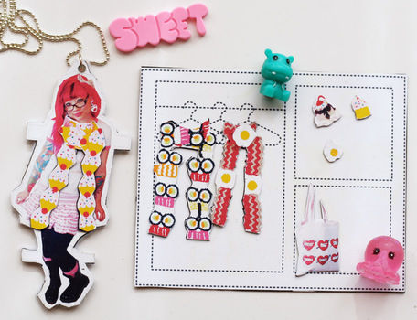 Play dress up with your own personalized paper doll necklace! .  Free tutorial with pictures on how to make a paper necklace in under 60 minutes by jewelrymaking and papercrafting with scissors, felt, and glue. How To posted by Cat Morley.  in the Jewelry section Difficulty: Simple. Cost: Cheap. Steps: 21