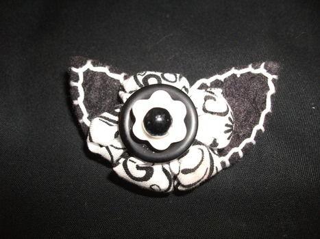 Medium flower brooch