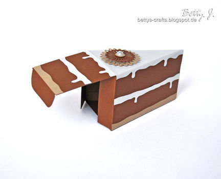 DIY pie box/cake box with simple video tutorial .  Free tutorial with pictures on how to make a paper box in under 30 minutes by papercrafting with scissors, ruler, and embellishments. How To posted by Betty J.  in the Papercraft section Difficulty: Simple. Cost: Absolutley free. Steps: 1