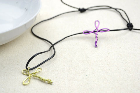 Metal jewelry,cross necklace  .  Free tutorial with pictures on how to make a wire pendant in under 50 minutes by jewelrymaking with fabric. Inspired by gifts. How To posted by .  in the Jewelry section Difficulty: Simple. Cost: Cheap. Steps: 4