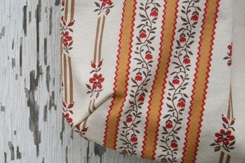 Sew your own pleated tote bag .  Free tutorial with pictures on how to sew a pleated tote in under 120 minutes by sewing with fabric, fusible interfacing, and fabric. How To posted by Liesl M.  in the Sewing section Difficulty: 4/5. Cost: 3/5. Steps: 39