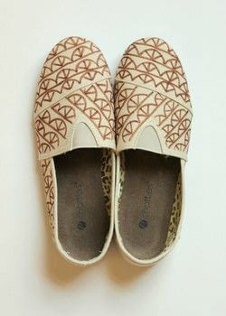 Decorate your own pair of 'Toms' with this easy DIY! .  Free tutorial with pictures on how to paint a pair of patterned shoes in under 60 minutes by decorating with canvas shoes and fabric marker. How To posted by Melody M.  in the Home + DIY section Difficulty: Easy. Cost: Cheap. Steps: 3
